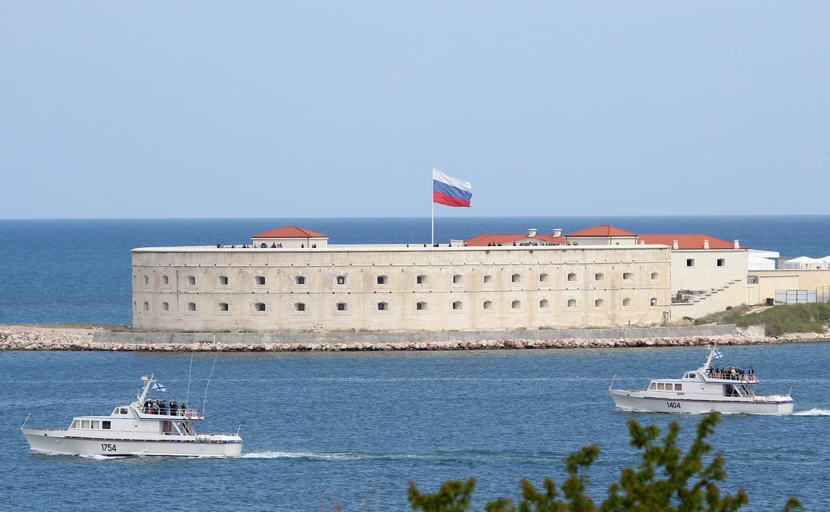 Флаг России над Константиновской батареей в Севастополе Сергей Мальгавко/ТАСС