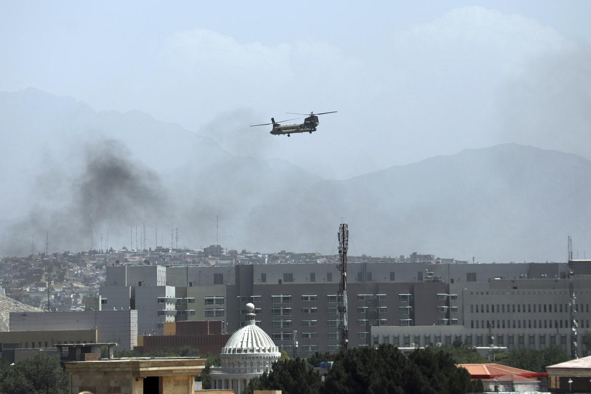 Американский военный вертолет «Чинук» над Кабулом. © Rahmat Gul / AP / TASS