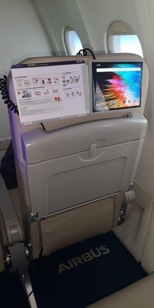 В самолетах появятся цифровые журналы с гибкими экранами