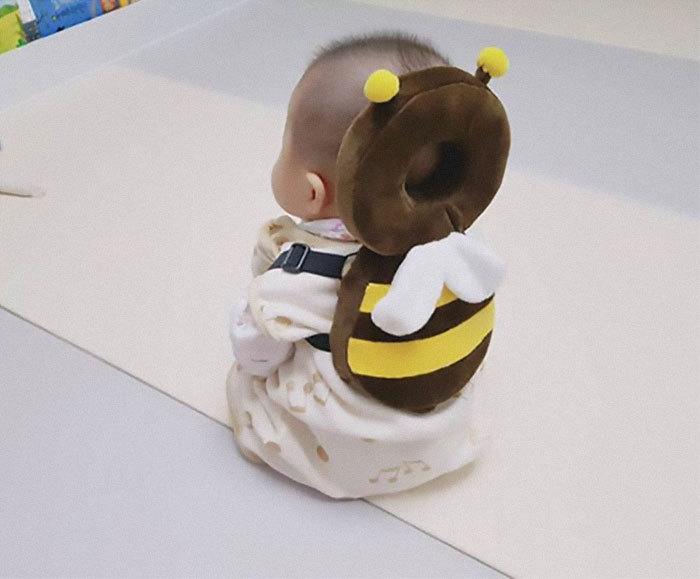 В корейском детском саду у детей есть такие милые подушки, защищающие затылок от падения.