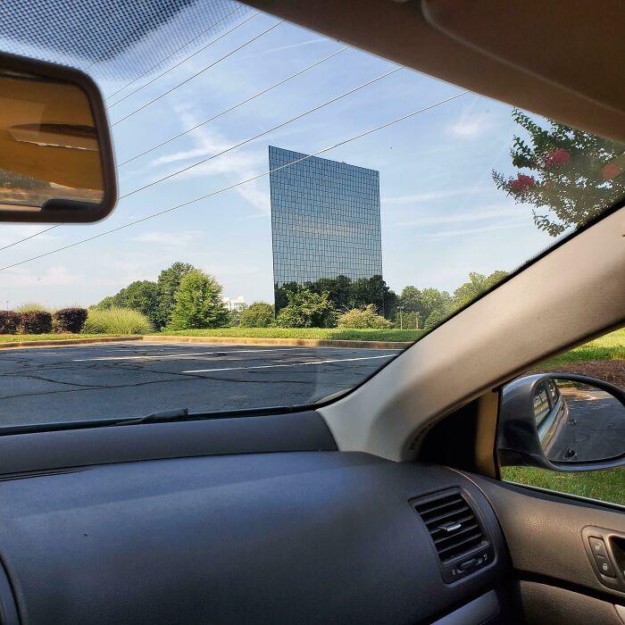 Это здание выглядит так, словно состоит из одних окон.
